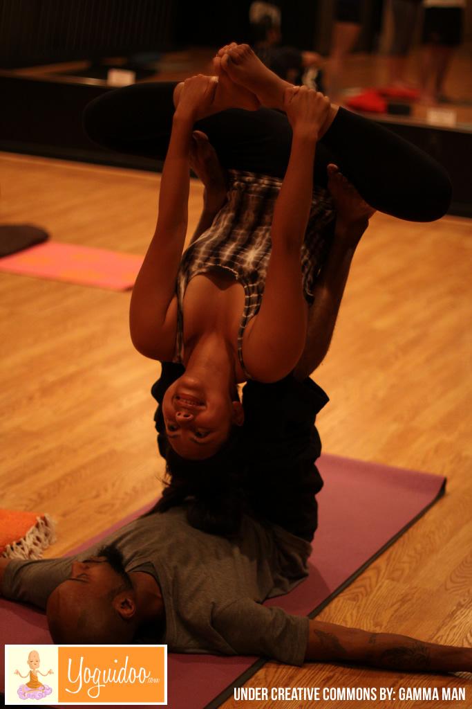 Jóven pareja haciendo Yoga